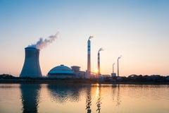 Central eléctrica de energía del carbón en puesta del sol Foto de archivo