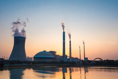 Central eléctrica de energía del carbón en puesta del sol Imágenes de archivo libres de regalías