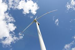 Central eléctrica de energía eólica contra el cielo imagenes de archivo
