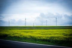 Central eléctrica de energía eólica en campo Imagen de archivo libre de regalías