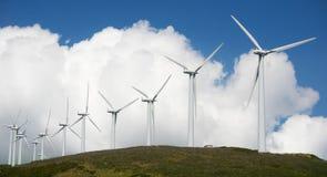 Central eléctrica de energía eólica en cumbre Imagen de archivo