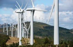 Central eléctrica de energía eólica en cumbre Fotografía de archivo libre de regalías