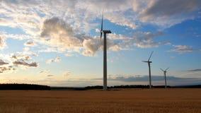 Central eléctrica de energía eólica en el tiempo de la puesta del sol Fotografía de archivo
