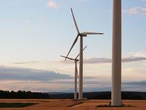Central eléctrica de energía eólica en el tiempo de la puesta del sol Fotos de archivo libres de regalías