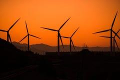 Central eléctrica de energía eólica en la puesta del sol Fotografía de archivo