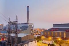 Central eléctrica de Hong Kong en la puesta del sol Foto de archivo libre de regalías
