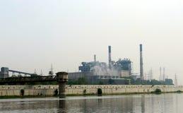 Central eléctrica de la electricidad en la orilla del río, Sabarmati - Ahmadabad Imagenes de archivo