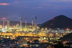 Central eléctrica de la refinería de petróleo en el crepúsculo Imagenes de archivo