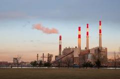 Central eléctrica de Roosevelt Island en la puesta del sol Imagen de archivo libre de regalías