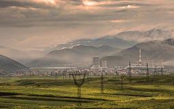 Central eléctrica de Sevan en montañas imagenes de archivo