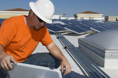 Central eléctrica de Working At Solar del ingeniero fotos de archivo