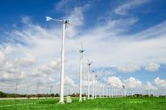 Central eléctrica del molino de viento contra el cielo azul Imágenes de archivo libres de regalías