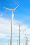 Central eléctrica del molino de viento contra el cielo azul Foto de archivo libre de regalías