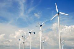 Central eléctrica del molino de viento contra el cielo azul Fotos de archivo libres de regalías