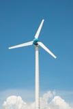 Central eléctrica del molino de viento contra el cielo azul Fotografía de archivo