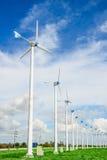 Central eléctrica del molino de viento contra el cielo azul Imagen de archivo libre de regalías