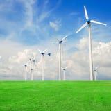 Central eléctrica del molino de viento en campo verde contra el cielo azul Imágenes de archivo libres de regalías