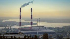 Central eléctrica delante de la cantidad de Timelapse de la mañana del río metrajes
