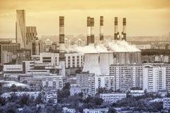 Central eléctrica en el fondo del distrito de una ciudad Imagen de archivo libre de regalías