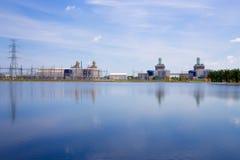 Central eléctrica en fondo del cielo azul Imagen de archivo libre de regalías