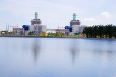 Central eléctrica en fondo del cielo azul Imágenes de archivo libres de regalías