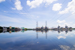 Central eléctrica en fondo del cielo azul Imagenes de archivo