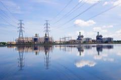 Central eléctrica en fondo del cielo azul foto de archivo