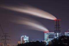 Central eléctrica en la noche Fotos de archivo libres de regalías