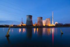 Central eléctrica en la noche Imagenes de archivo