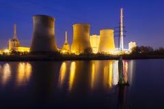 Central eléctrica en la noche Foto de archivo libre de regalías