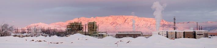 Central eléctrica en la puesta del sol fotografía de archivo