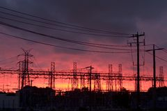 Central eléctrica en la puesta del sol Fotografía de archivo libre de regalías