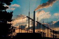 Central eléctrica en la puesta del sol Fotos de archivo