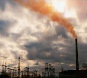 Central eléctrica en la puesta del sol Fotos de archivo libres de regalías