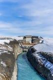 Central eléctrica en las montañas en invierno Imagen de archivo