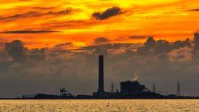 Central eléctrica en puesta del sol Imágenes de archivo libres de regalías