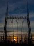 Central eléctrica en un fondo de la puesta del sol Imagen de archivo