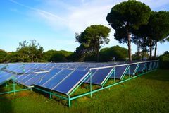Central eléctrica fotovoltaica o granja solar entre árboles fotos de archivo libres de regalías
