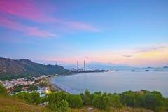 Central eléctrica a lo largo de la costa en el tiempo de la puesta del sol Imagenes de archivo