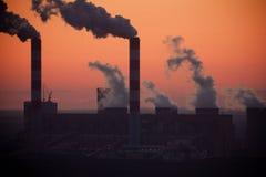 Central eléctrica na noite imagens de stock