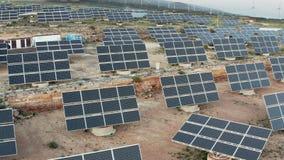 Central eléctrica solar y de energía eólica almacen de metraje de vídeo