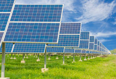 Central eléctrica usando energía solar renovable con el cielo azul Imagen de archivo