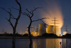 Central eléctrica y árboles muertos Foto de archivo