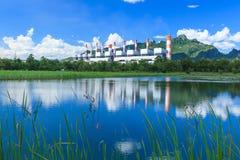 Central eléctrica y ambiente imagenes de archivo