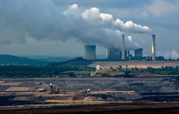Central eléctrica y carbón a cielo abierto Imagen de archivo libre de regalías