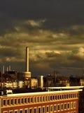 Central eléctrica y cielo oscuro Imagenes de archivo