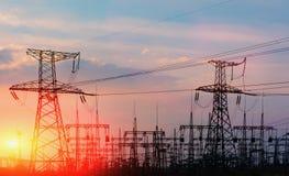 Central eléctrica y estación de alto voltaje de la transformación en la puesta del sol Fotografía de archivo libre de regalías