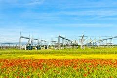 Central eléctrica y estación de la distribución en paisaje Foto de archivo