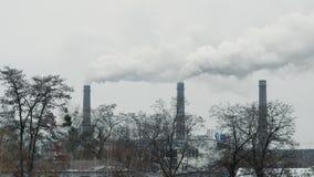Central eléctrica y estación del calor con los tubos que fuman metrajes