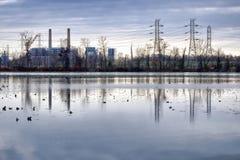 Central eléctrica y líneas eléctricas eléctricas de la transmisión Imágenes de archivo libres de regalías